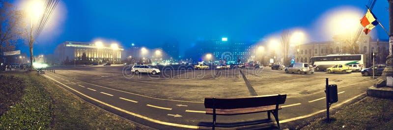 Panorama de la ciudad de Bucarest por noche fotografía de archivo