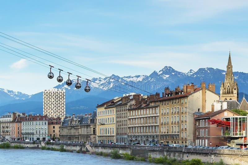 Panorama de la ciudad de Grenoble, del teleférico y de las montañas francesas en el fondo, región de Rhone-Alpes, Francia imágenes de archivo libres de regalías