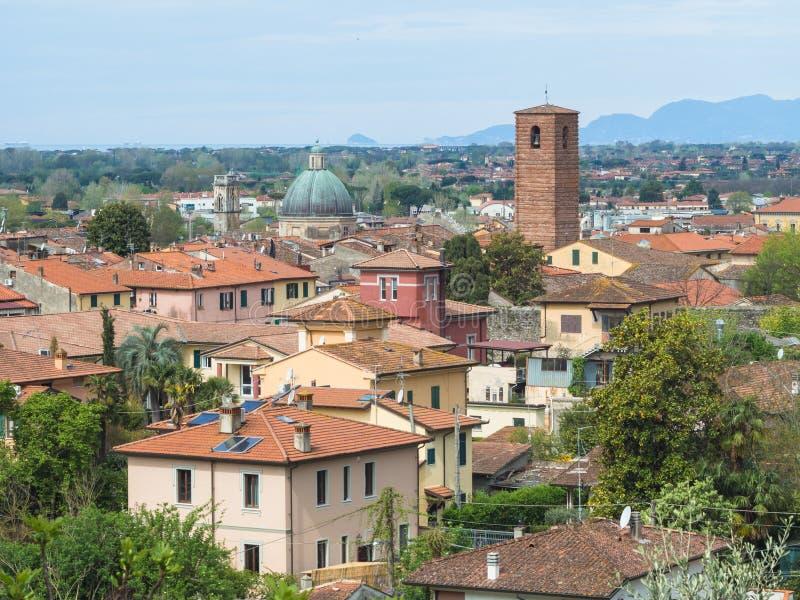 Panorama de la ciudad de Pietrasanta imágenes de archivo libres de regalías