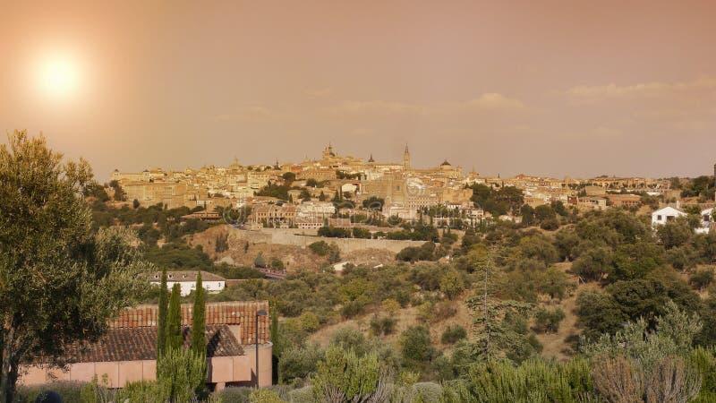 Panorama de la ciudad de Toledo en España en la puesta del sol imagenes de archivo
