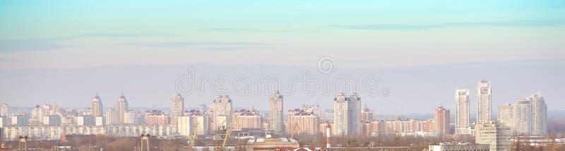 Panorama de la ciudad de una altura imagenes de archivo