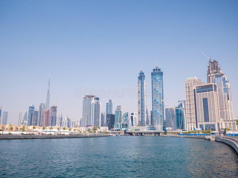 Panorama de la ciudad de Dubai del puente del canal de río Dubai Creek imagen de archivo