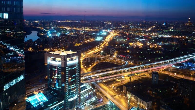 Panorama de la ciudad en la puesta del sol imagen de archivo libre de regalías