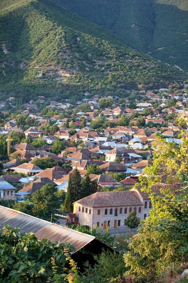 Panorama de la ciudad en las montañas, Azerbaijan de Sheki imagenes de archivo