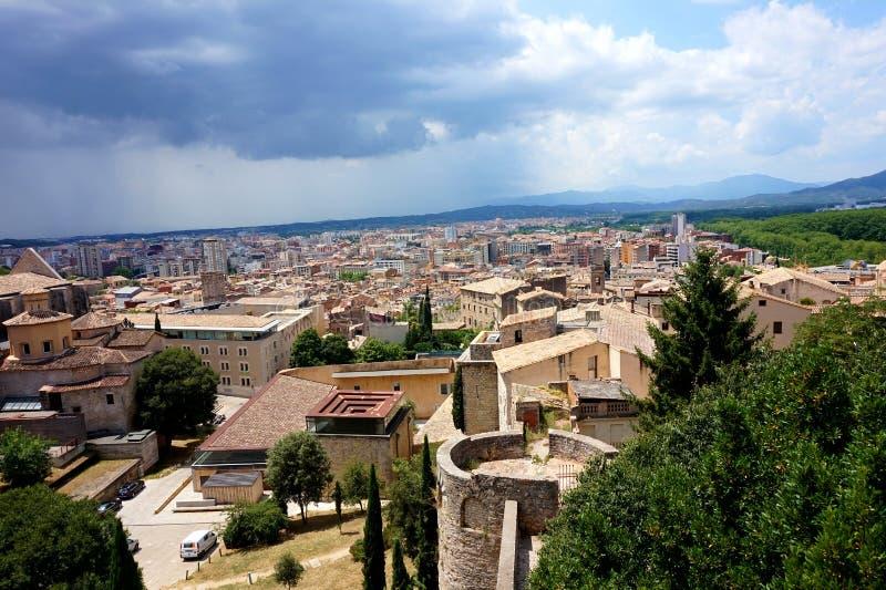 Panorama de la ciudad española antigua de Girona, abriéndose de las paredes de la fortaleza antigua imagen de archivo
