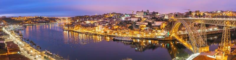 Panorama de la ciudad histórica de Oporto con el puente de Dom Luiz del ponte sobre el río del Duero en la noche foto de archivo libre de regalías