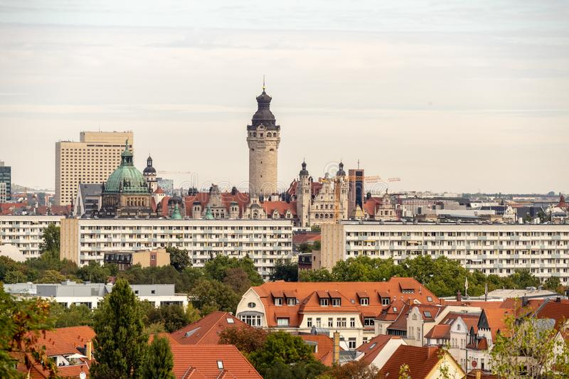 Panorama de la ciudad de Leipzig con los edificios altos, el ayuntamiento y las iglesias foto de archivo