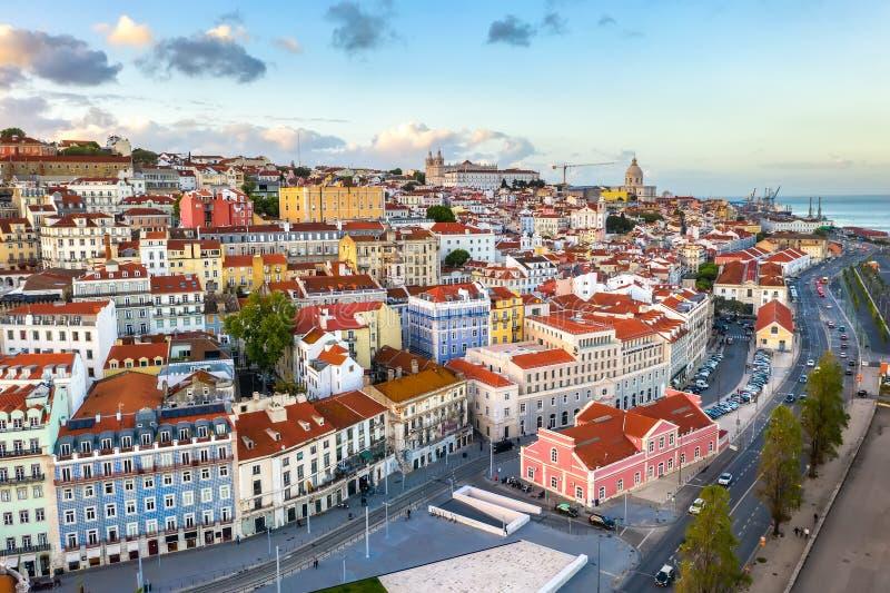 Panorama de la ciudad de Lisboa Alfama Portugal, hermosa ciudad europea de verano, casas coloreadas vista imagen de archivo