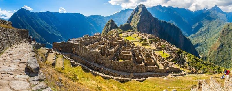 Panorama de la ciudad misteriosa - Machu Picchu, Perú, Suramérica Las ruinas Incan foto de archivo