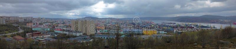 Panorama de la ciudad de Murmansk en tiempo nublado fotos de archivo libres de regalías
