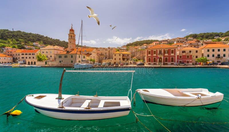Panorama de la ciudad pintoresca Pucisca en Croacia, isla Brac, Europa Panorama mediterráneo de la ciudad de Pucisca con el vuelo fotografía de archivo libre de regalías