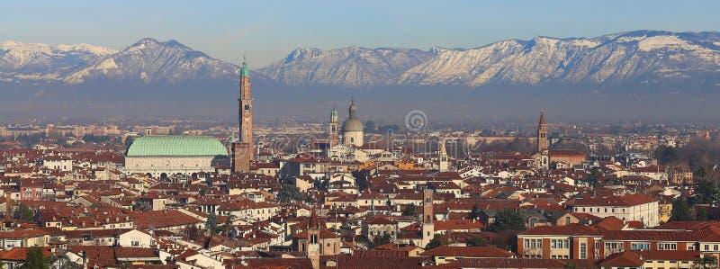 Panorama de la ciudad de Vicenza con la basílica Palladiana con ser fotografía de archivo libre de regalías