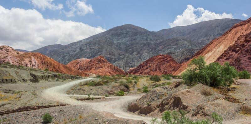 Panorama de la colina de siete colores cerca de Purmamarca imagen de archivo libre de regalías