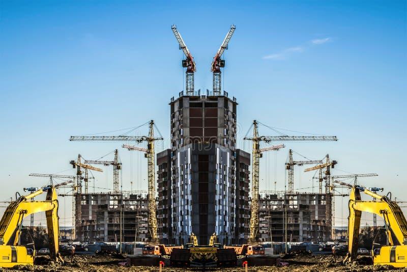 Panorama de la construcción en el fondo del cielo azul fotos de archivo libres de regalías