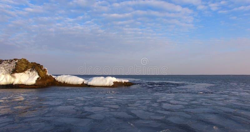 Panorama de la costa costa del mar con las rocas y las masas de hielo flotante de hielo imagen de archivo libre de regalías