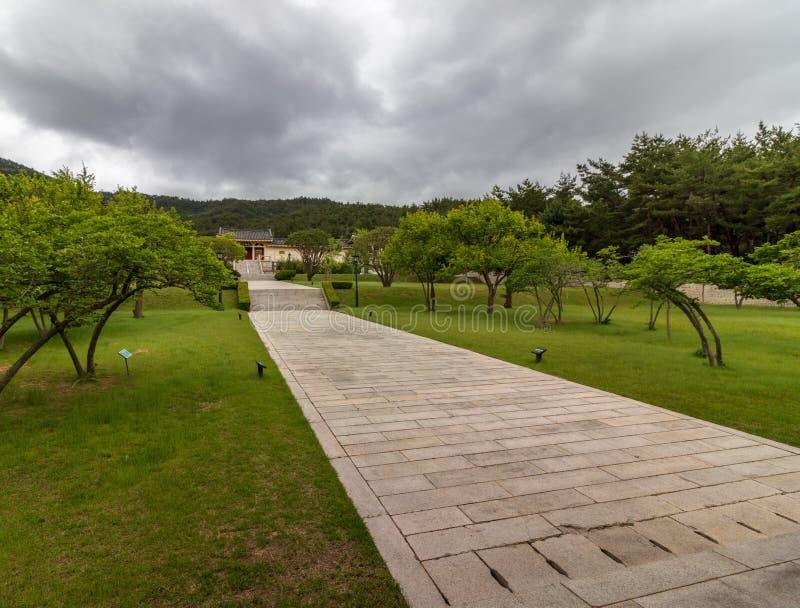 Panorama de la entrada del complejo interior de Tongiljeon, con los edificios en una vegetación hermosa Herencia de Gyeongju capi fotografía de archivo