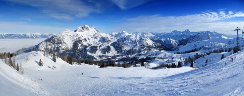 Panorama de la estación de esquí fotografía de archivo libre de regalías
