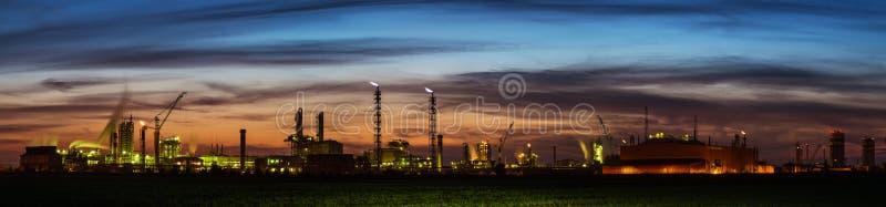 Panorama de la fábrica de productos químicos en la puesta del sol imágenes de archivo libres de regalías