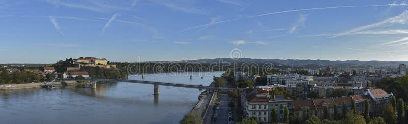 Panorama de la fortaleza y de Novi Sad, Serbia de Petrovaradin imágenes de archivo libres de regalías