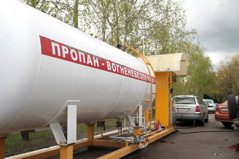 Panorama de la gasolinera del propano líquido Estación del LPG para llenar el gas licuado en los tanques del vehículo imagen de archivo libre de regalías