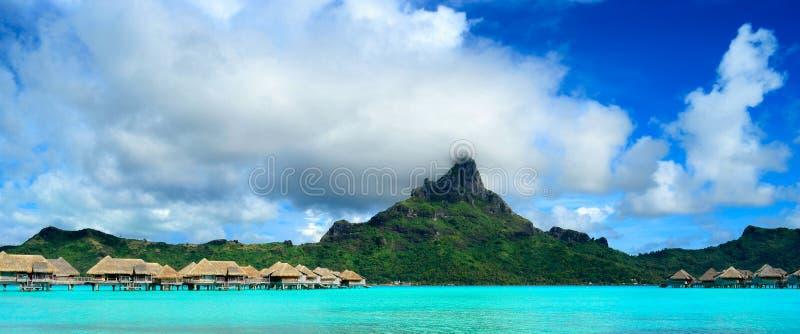 Panorama de la isla de Bora Bora con el centro turístico y la laguna imagen de archivo libre de regalías