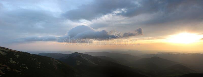 Panorama de la mañana de las montañas fotos de archivo libres de regalías