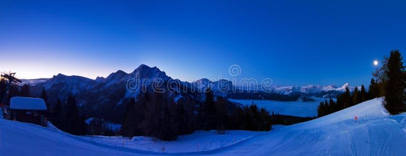 Panorama de la montaña de la mañana fotografía de archivo