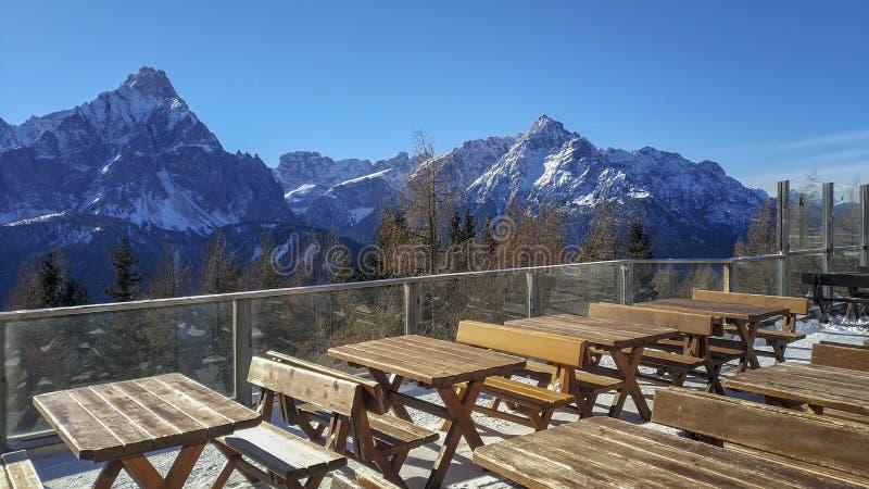 Panorama de la montaña de las dolomías desde punto de vista de la terraza imagenes de archivo