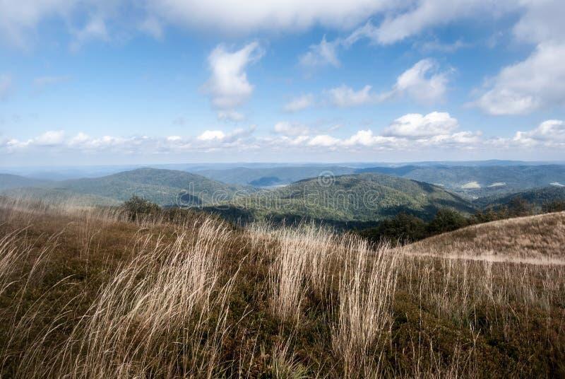Panorama de la montaña a partir del otoño Polonina Wetlinska en Biesczady fotografía de archivo
