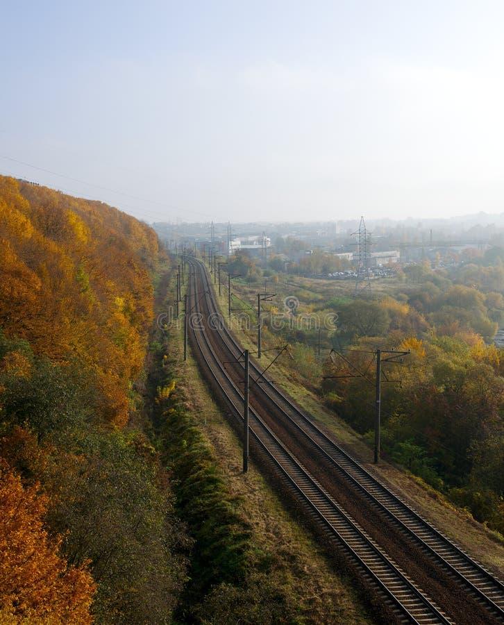 Panorama de la nature et du chemin de fer d'automne au milieu image stock