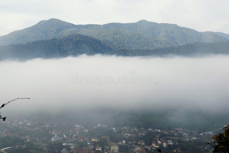 Panorama de la niebla del pueblo de montaña, opinión de niebla del pueblo, montaña foto de archivo libre de regalías