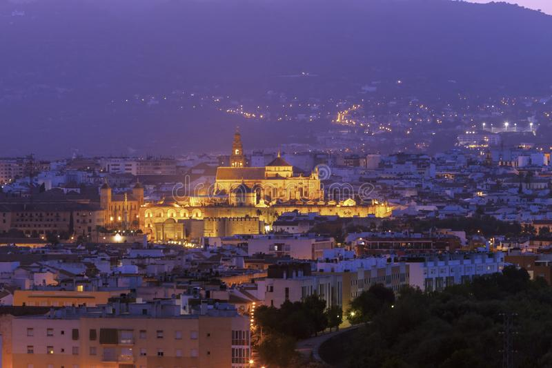 Panorama de la noche de Córdoba con la catedral de la mezquita imagen de archivo