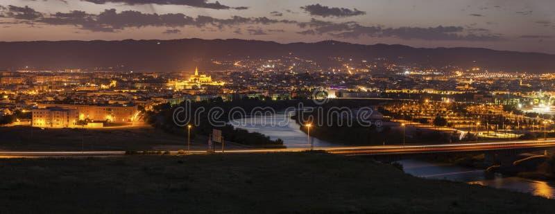 Panorama de la noche de Córdoba con la catedral de la mezquita fotografía de archivo