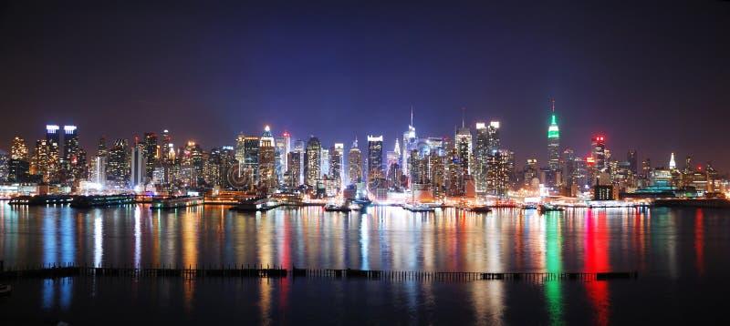 Panorama de la noche de New York City fotos de archivo libres de regalías