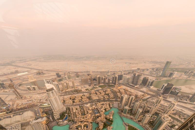 Panorama de la noche Dubai durante la tempestad de arena fotos de archivo libres de regalías