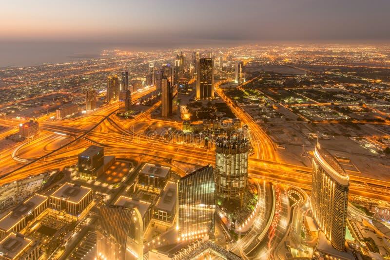 Panorama de la noche Dubai durante puesta del sol fotografía de archivo libre de regalías