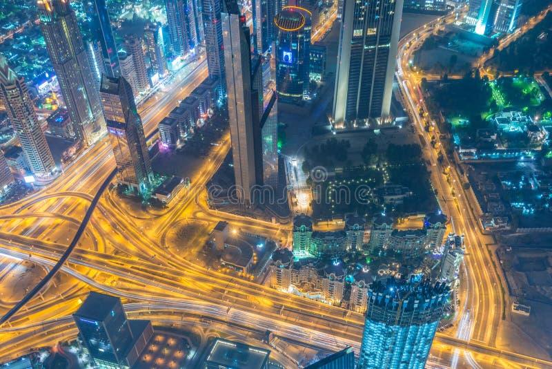 Panorama de la noche Dubai durante puesta del sol imagenes de archivo