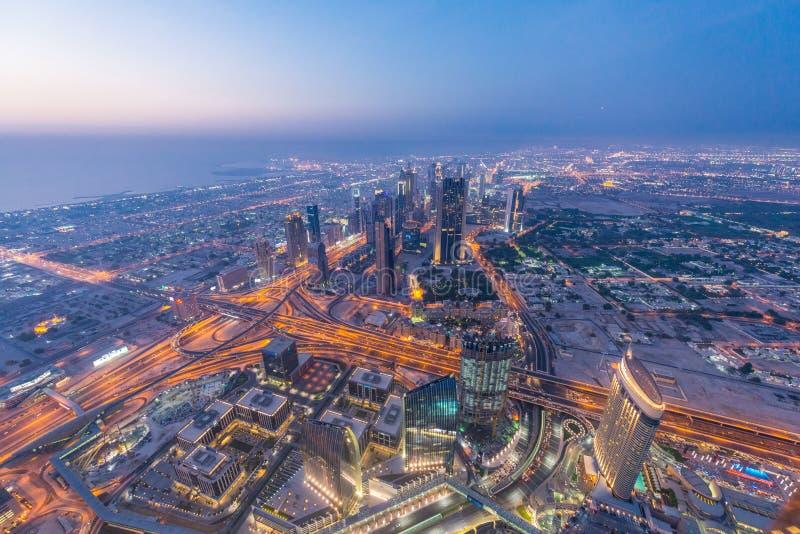Panorama de la noche Dubai durante puesta del sol fotografía de archivo