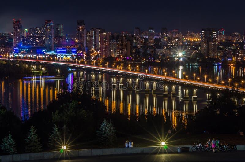 Panorama de la noche a las áreas residenciales de una ciudad grande fotografía de archivo libre de regalías
