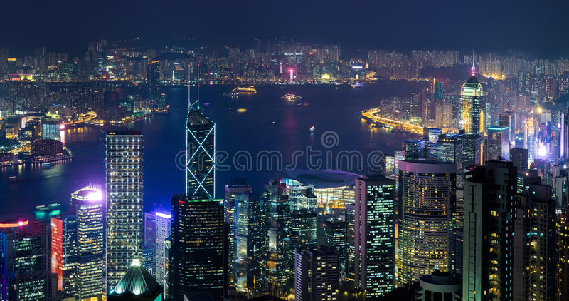 Panorama de la opinión aérea de la noche del horizonte de Hong Kong imágenes de archivo libres de regalías
