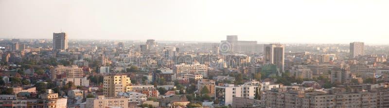 Panorama de la opinión de la señal de la ciudad de Bucarest foto de archivo