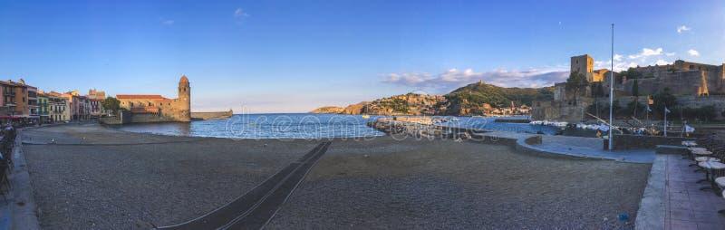 Panorama de la opinión del fondo del paisaje urbano de la bahía y del fuerte en la orilla en la ciudad de Collioure fotos de archivo