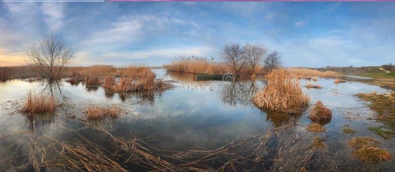 Panorama de la orilla del río durante la inundación de la primavera Hay un barco cerca de la orilla fotos de archivo libres de regalías