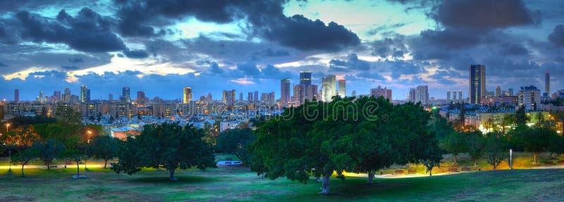 Panorama de la oscuridad de Tel Aviv, Israel imagenes de archivo