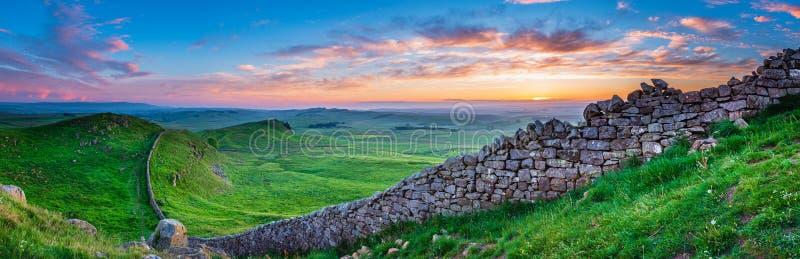 Panorama de la pared del ` s de Hadrian en la puesta del sol fotografía de archivo libre de regalías