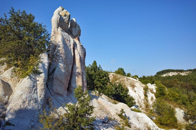 Panorama de la pierre de phénomène de roche épousant près de la ville de Kardzhali, Bulgarie photo stock