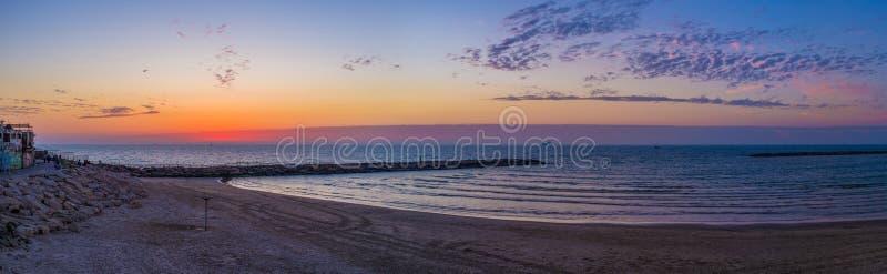 Panorama de la plage de coucher du soleil photographie stock libre de droits