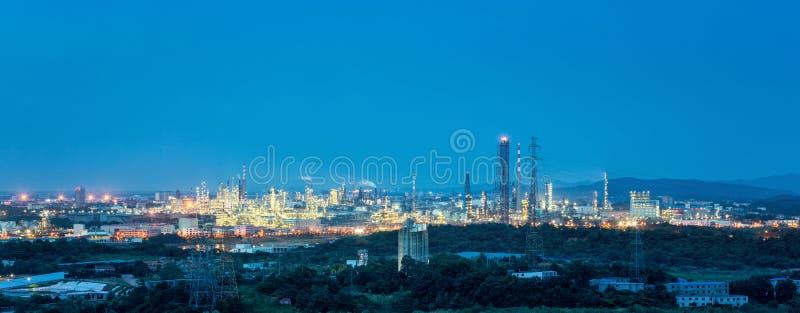 Panorama de la planta petroquímica en anochecer fotos de archivo