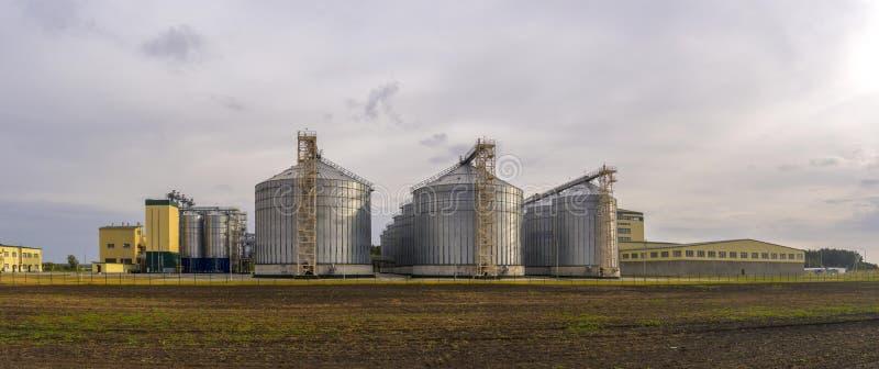 Panorama de la planta de tratamiento del grano Complejo agrícola grande imagen de archivo libre de regalías