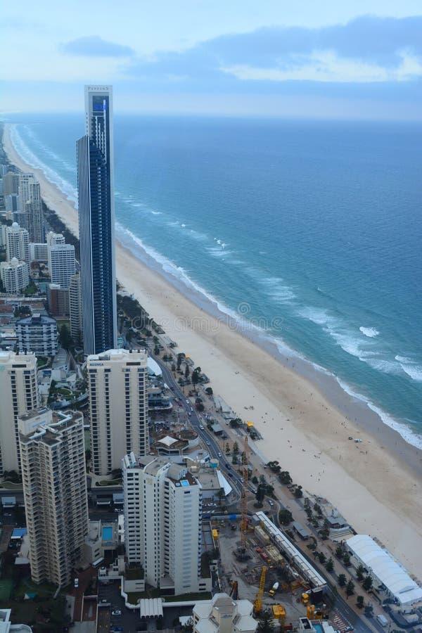Panorama de la plataforma de observación de Skypoint Paraíso de las personas que practica surf Gold Coast Queensland australia fotografía de archivo libre de regalías